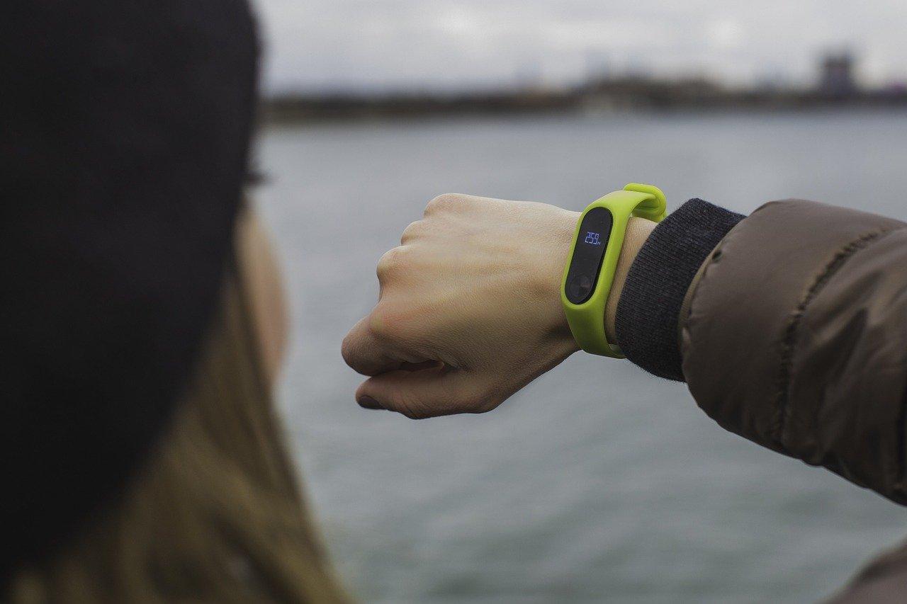 Fitnessuhr warum so beliebt Mädchen Fitnessuhr Handgelenk