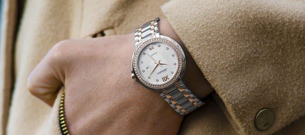 Luxusuhr passend zum Outfit. Luxuriöse Uhr in Silber Gold mit schickem Anzug